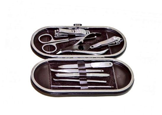 V každé sadě mužské manikúry je kovový pilník na nehty, ale způsobí to nevýslovné poškození.