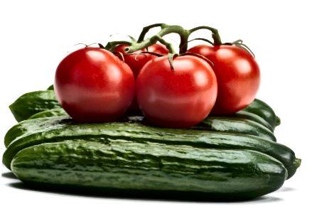 Τα αγγούρια και οι ντομάτες περιέχουν βιταμίνες που μπορούν να βελτιώσουν την υγεία του δέρματος σας είτε εφαρμόζονται τοπικά είτε καταναλώνονται.