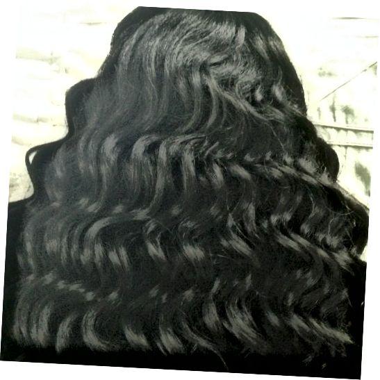 이것은 하와이언 컬리 가발의 컬 패턴입니다. 이 컬은 놀 때 큰 매력적인 머리카락으로 변합니다.