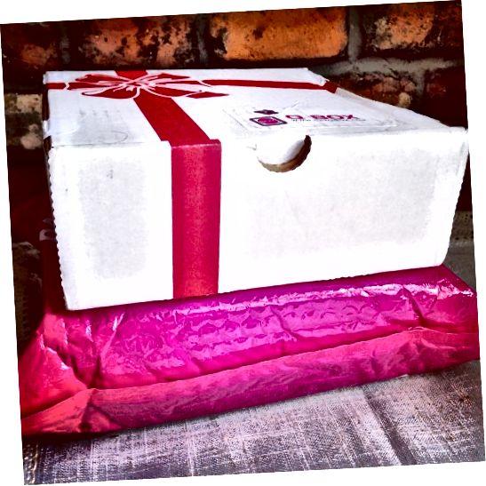 मुझे उसी दिन दो कोरियाई सदस्यता बॉक्स मिले! यह वह पैकेजिंग है जिसमें बक्से आते हैं।