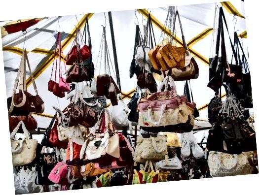 falešné značkové kabelky jsou snadno dostupné na takových trzích v Turecku.