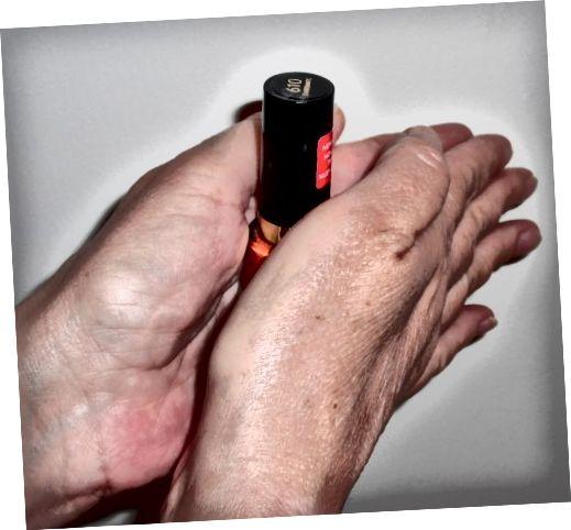 Jemně promíchejte. Pamatujte, že vzduchové bubliny jsou jedním z nejhorších nepřátel vašeho laku na nehty.