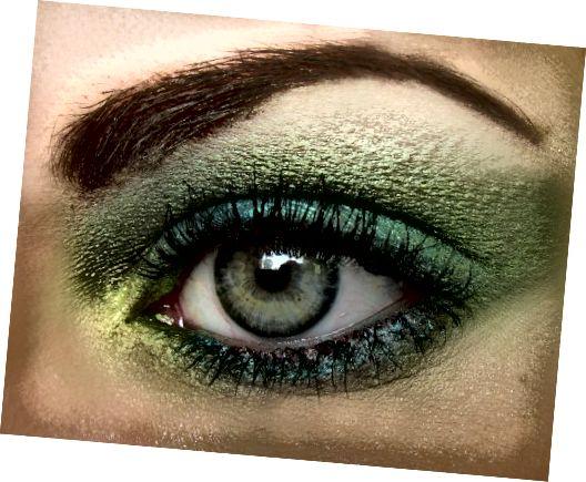 kẻ mắt dạng bột thêm định nghĩa dọc theo lông mi làm cho đôi mắt nổi bật hơn trên khuôn mặt.