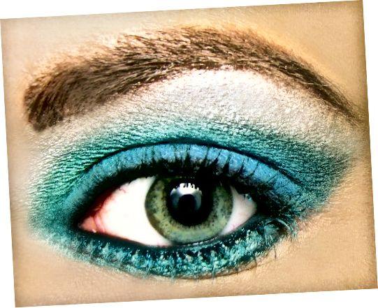 áp dụng bút kẻ mắt dạng lỏng giúp bạn có nhiều lựa chọn màu hơn.