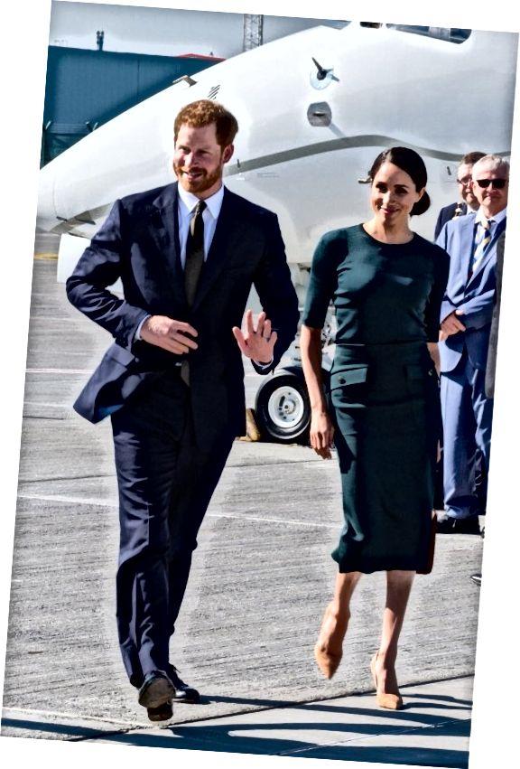 Ο Meghan Markle φτάνει στην Ιρλανδία με μια δασική στολή Givenchy.