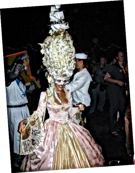 Κοστούμι Marie Antoinette, με θαλάσσια σκηνή στην κορυφή του πανύψηλου χτένισμα.