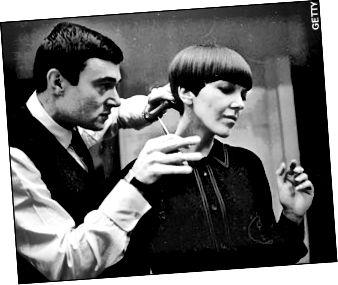Πρωτοποριακός στιλίστας Vidal Sassoon που κόβει τα μαλλιά της Mary Quant.