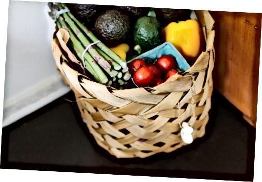 Цілі продукти дадуть вашому тілу ті будівельні блоки, які йому потрібні для зменшення сивини.