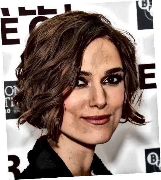 De snit lijkt bij de kaaklijn te zijn, zoals gezegd, niet te doen, maar de zachte krullen in haar haar balanceren het waardoor het een mooie stijl voor haar gezicht wordt.
