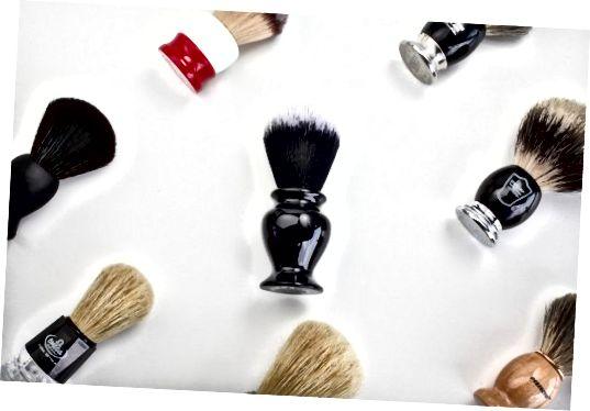 """Použití štětce na holení nebo """"jezevce"""" může pomoci snížit zarostlé chloupky."""