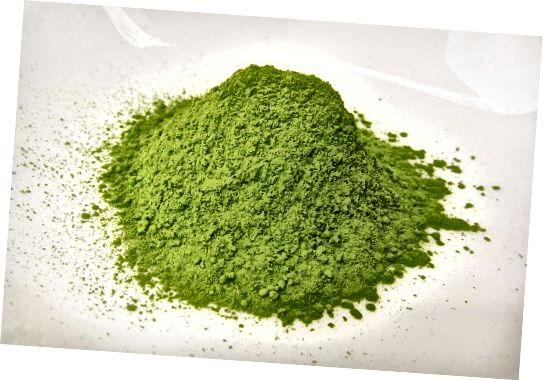 Výhody hubnutí zeleného čaje jsou především díky obsahu kofeinu a katechinům, ale relaxační vlastnosti theaninu jsou také skvělé!