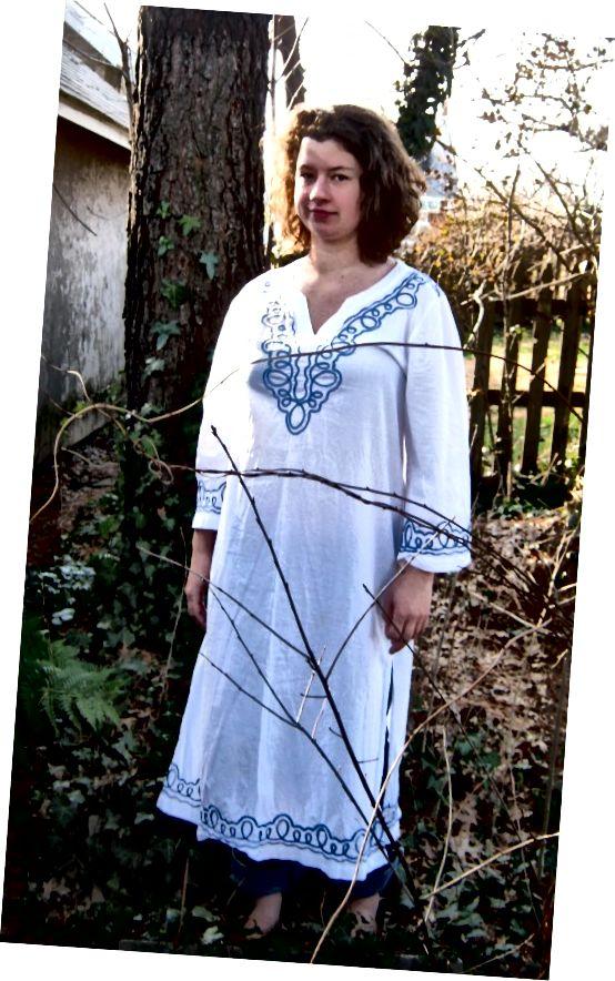 Mladá žena v šatech stylu Dashiki