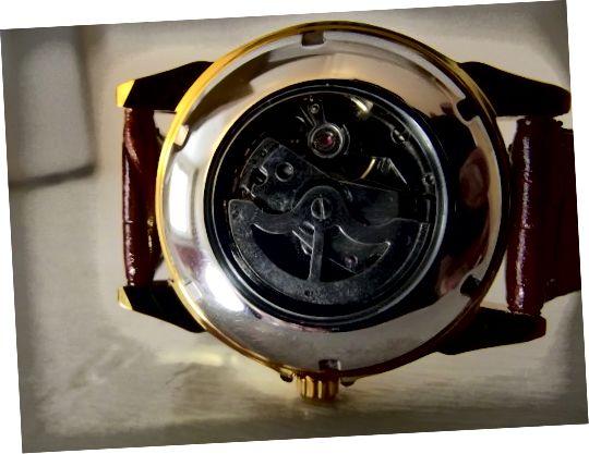 حرکت اتوماتیک از طریق کیس ساعت اتوماتیک Sewor نمایش داده می شود