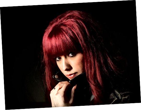 Červené vlasy mohou způsobit, že vaše oči vyčnívají ještě více.