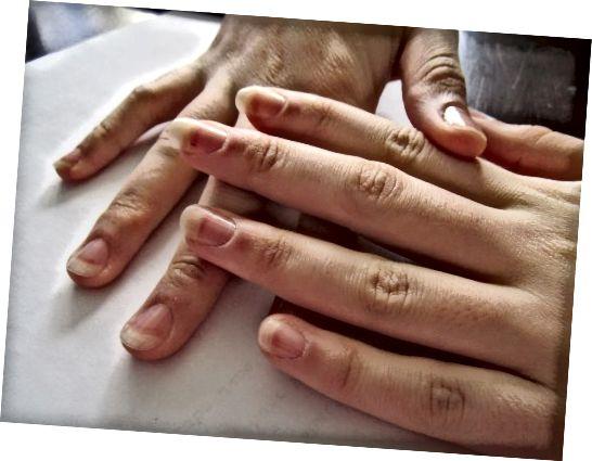 Η αδερφή μου συμφώνησε να γίνει το μοντέλο μου για αυτόν τον κόμβο. Τα δάχτυλά της είναι τόσο μακριά και χαριτωμένα! Ήθελε όμως να αρχειοθετήσει τα νύχια της, πιθανότατα θα τα στρογγυλοποιούσα περισσότερο, αλλά της αρέσει έτσι.