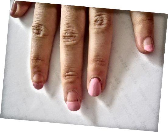 Ξεκινήσαμε με ένα ροζ γαλλικό μανικιούρ και βάψαμε το δαχτυλίδι για να προετοιμάσουμε το σχέδιό του.