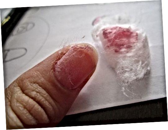 Περιμένετε λίγα λεπτά και μετά βγάλτε το βαμβάκι, το βερνίκι νυχιών θα αφαιρεθεί σχεδόν τελείως! Χρησιμοποιήστε το κομμάτι βαμβάκι για να τρίψετε το υπόλοιπο βερνίκι.