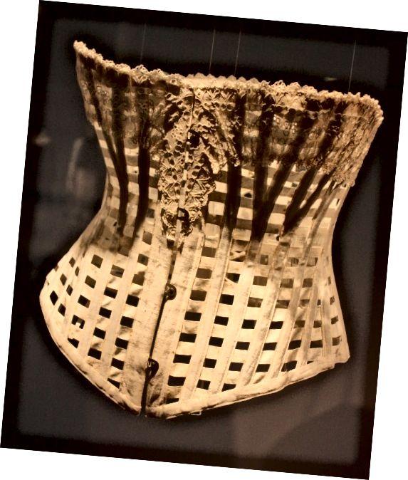 Ventilovaný korzet byl nošen za horkého počasí.