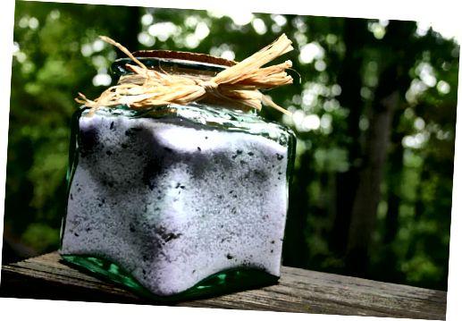 نمک حمام خانگی ، مخلوط استراحت اسطوخودوس ، در یک ظرف آماده برای هدیه دادن به یک دوست