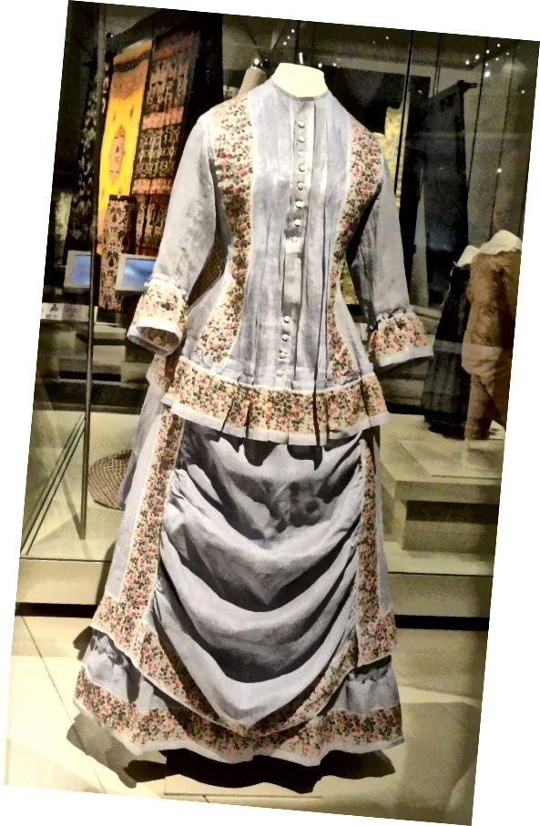 Letní šaty z bavlněné módy cca 1870-74 s vodorovným zakrytím na přední straně sukně