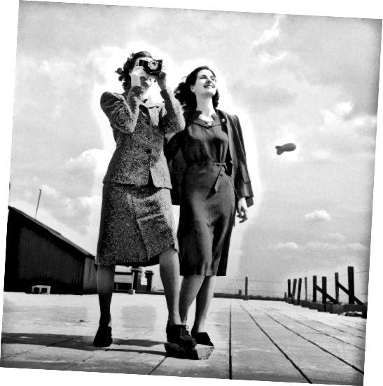 1943: لباس های ساده ی زمان جنگ هماهنگی کوتاه داشت. یک بادکنک سد در پس زمینه وجود دارد.