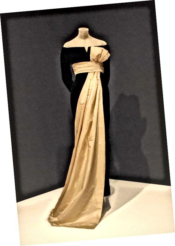 لباس دیور از یک مجموعه 1955/56 در عکس معروف