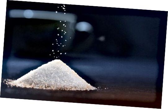 Unele zahăr, ulei de nucă de cocos și suc de lămâie pot fi combinate pentru a face o exfoliere eficientă a pielii.