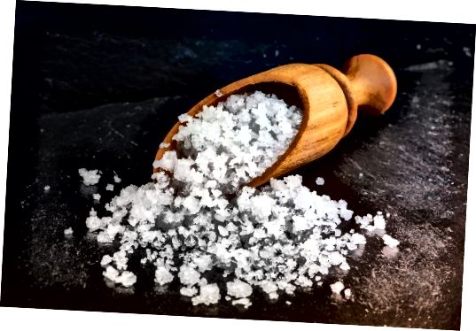 Različne soli vsebujejo minerale v sledeh, kot so baker, magnezijevo železo in kalcij, ki lahko pomagajo zmanjšati vnetja in odprejo pore.