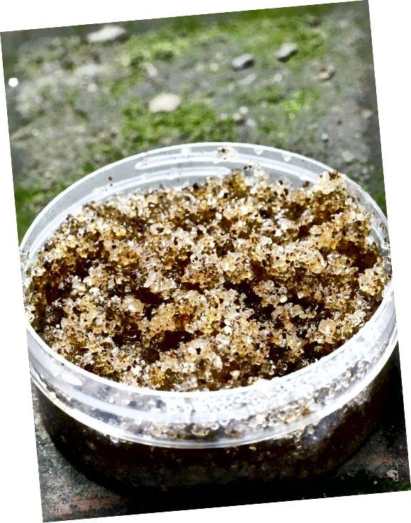 Naravni sladkorji imajo bolj okrogla zrnca in so lahko bolj nežna za vašo kožo (v primerjavi s soljo), prav tako pa pomagajo izravnati ton kože.