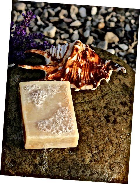 Μπορεί συχνά να κοστίζουν λίγο περισσότερο, αλλά τα σπιτικά σαπούνια αξίζουν συχνά τα επιπλέον μετρητά σε αντάλλαγμα για τα φυσικά συστατικά τους και τα οφέλη για το δέρμα σας.