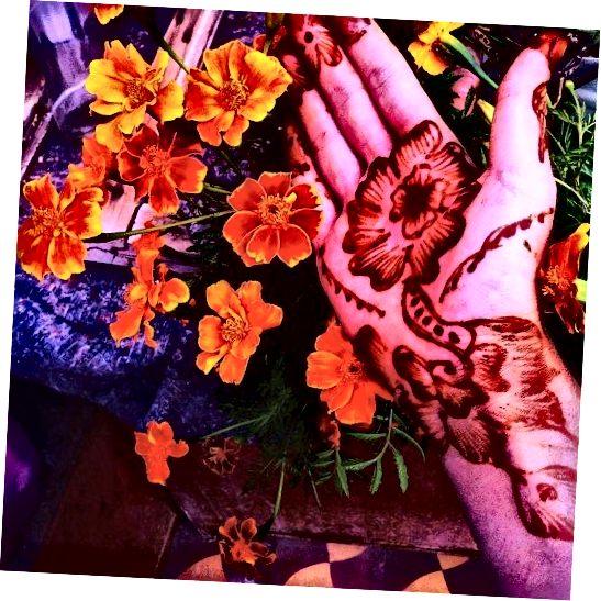 ლამაზი ჰენა ყვავილების დიზაინი.
