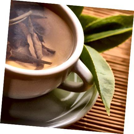 Zelený čaj uvařený z volných listů čaje.