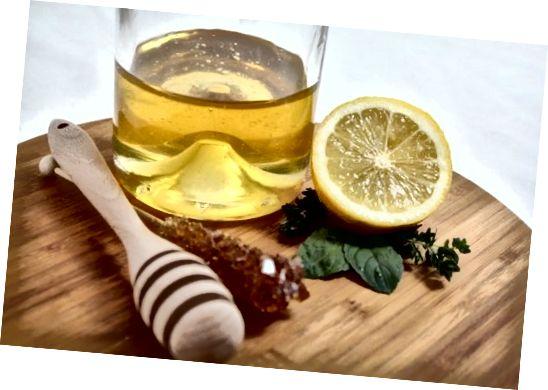 Lamaia și mierea au ambele beneficii mari care vă pot ajuta să vă îmbunătățiți pielea.