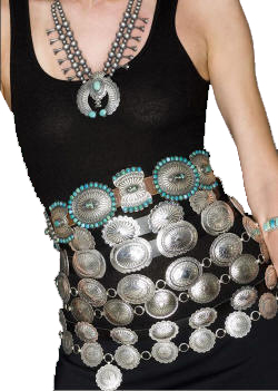 επτά ζώνες concho γύρω από το μοντέλο της μέσης σε μαύρο μπλουζάκι με τιρκουάζ κολιέ