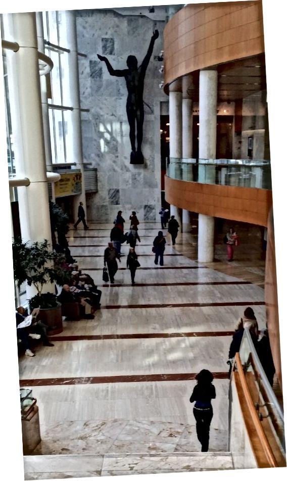 φωτογραφία που τραβήχτηκε στο Mayo Clinic Gonda Building με μια γυναίκα που φοράει μοντέρνα μαύρη στολή με ασημένια ζώνη