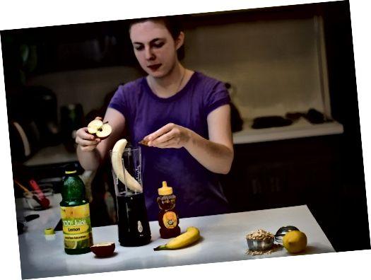 Kombinujte banán, jablko, citrónovú šťavu a med v mixéri. Preneste do malej misky a pridajte trochu uvarenej ovsenej kaše. Zakryte a nechajte ho vychladnúť na chladnom mieste.
