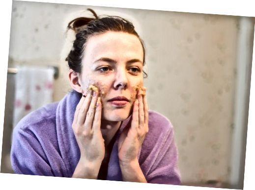După curățarea feței, aplicați o cârpă de spălare la cald pentru câteva minute. Se usucă și se întinde masca cu vârful degetelor. Masează ușor pe piele și lasă-l pe loc timp de 20-30 de minute.