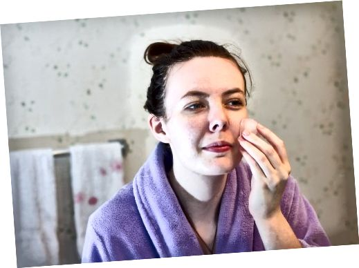 Spłucz maskę letnią wodą i osusz twarz. Użyj tonera, schłodzonej wody lub kostki lodu, aby zamknąć pory.