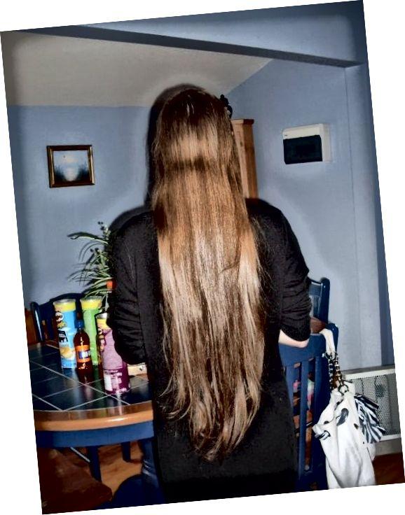 यह मेरे बालों का प्राकृतिक रंग था इससे पहले कि मैंने लाइटनर का इस्तेमाल किया। (नोट: यह तस्वीर मेरे बालों की लंबाई को सही ढंग से चित्रित नहीं करती है। इसे हल्का करने से पहले, मैंने इसे कंधे की लंबाई से नीचे कर दिया था।)