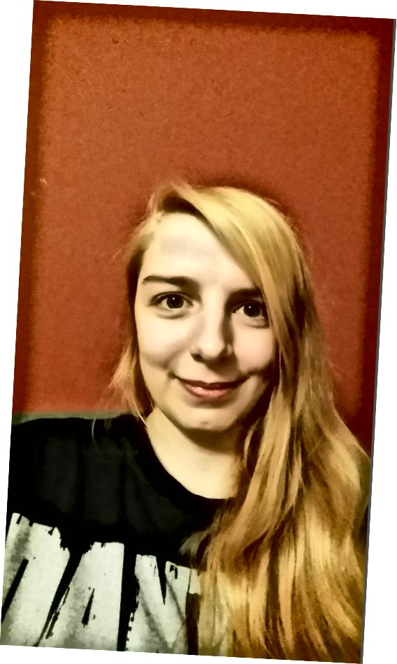 Το χρώμα των μαλλιών μου μετά την πρώτη συνεδρία φωτισμού σε τεχνητό φως.