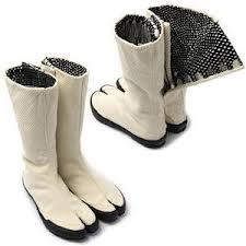 चूँकि ये बूट बकरी के खुरों की याद दिलाते हैं, हो सकता है कि इनका इस्तेमाल किसी खेत में किया जाए।