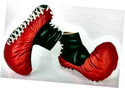 एक सिंगलेट, बॉक्सर शॉर्ट्स पर रखो और किसी तरह के पेशेवर बॉक्सर से गलती से पहनने के लिए अपनी गर्दन के चारों ओर एक नम तौलिया लटका दें।