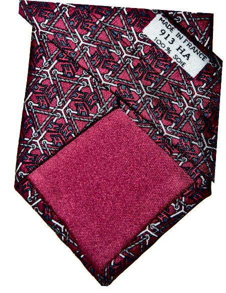 Vaadake, kuidas sisevooder sobib taustavärviga? See on hea märk Hermèsi autentsest lipsust. Paljudel võltsitud toodetel on must vooder.