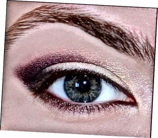 Χρησιμοποιήστε μια λαμπερή άσπρη σκιά ματιών για να φωτίσετε τις εσωτερικές γωνίες και την αψίδα του φρυδιού.