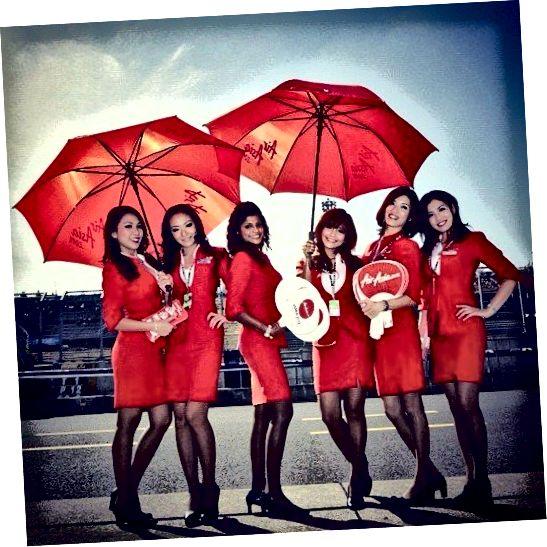 Însoțitorii de zbor Air Asia, în uniformele lor colorate roșii