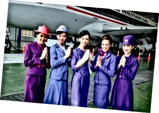 Thai Airline Flight Attendants in hun 'outside the plane' uniformen