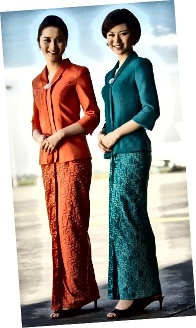 Garuda Indonesia-stewardessen in hun Sarong Kebaya-uniform