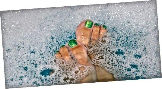 Enne pediküüri alustamist laske küüntel, küünenahadel ja kallustel vannis, duši all või jalavannis pehmeneda.