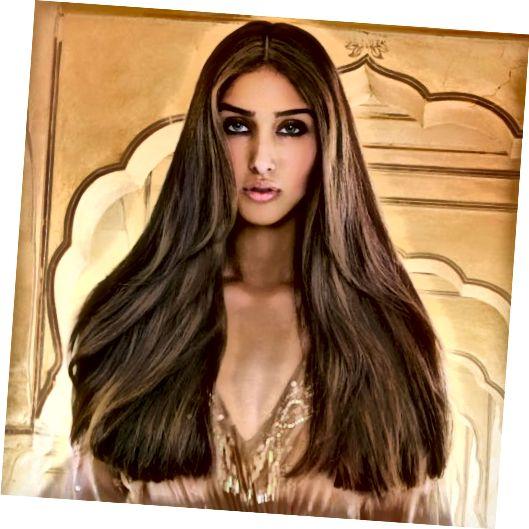Langt, tykt, sunt, skimrende hår uten utvidelser.