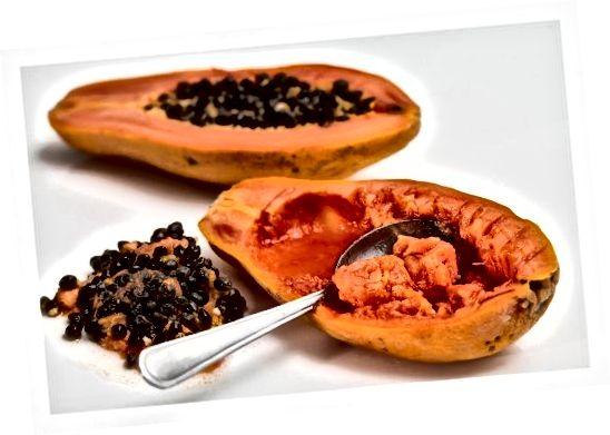 Is féidir leis na heinsímí nádúrtha i papaya cuidiú le craiceann a exfoliate go réidh.